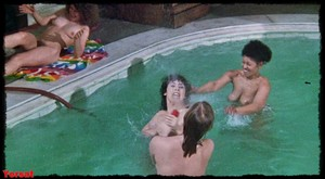 Felicity Dean,Sally Sagoe  in Steaming (1985) 5wcyr81jjiz9