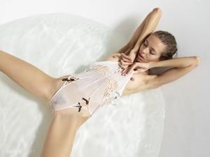 Alya - Fashion Erotica  56qv2u5vys.jpg